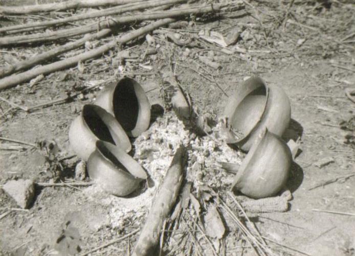 Cozedura de cerâmica em fogo aberto. Dembos, Angola, 1973 © Rui Sousa Martins