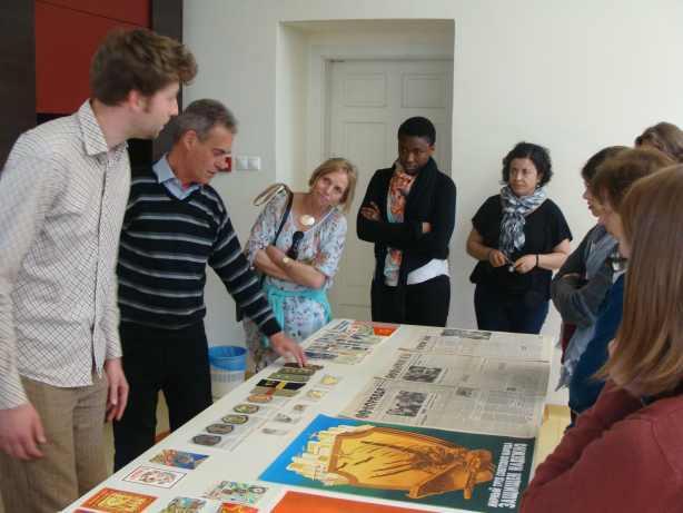 Imagem de grupo a visitar exposição