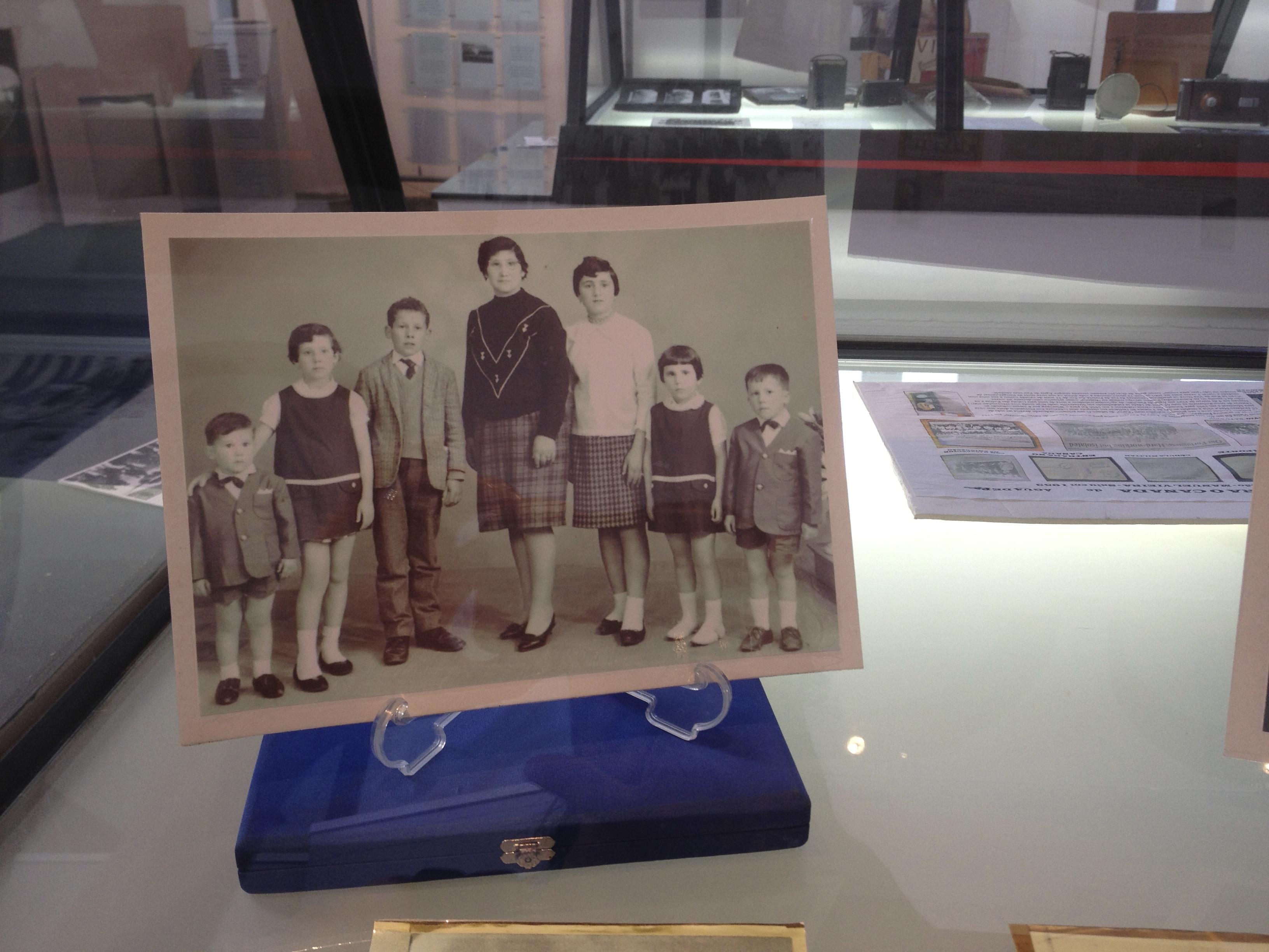 Imagem onde se vê um retrato de família exposto numa vitrine