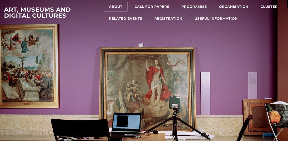Na imagem vê-se o interior de uma sala de exposição
